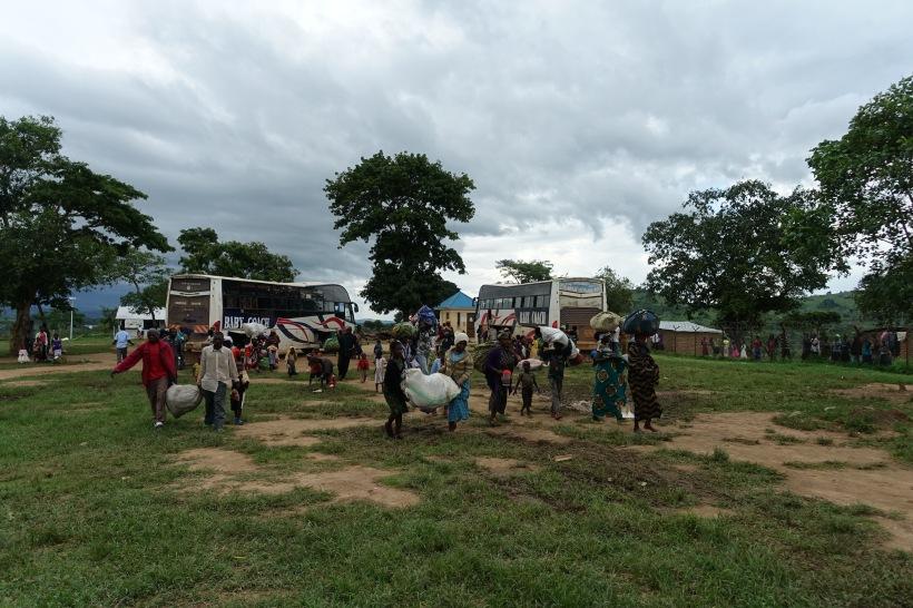 Neue Flüchtlinge kommen mit ihrem gesamten Hab und Gut in Rwamwanja an