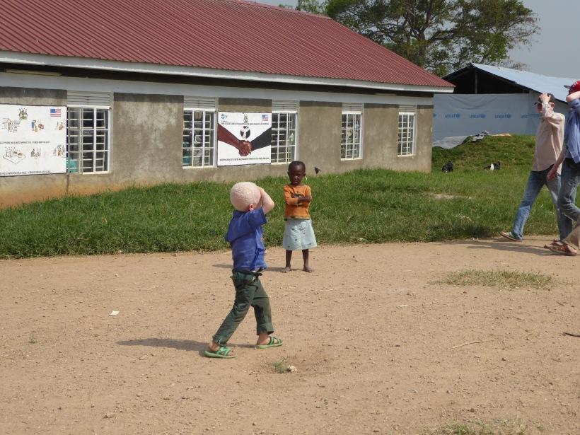 Zwei Kinder vor einem Gebäude in Mahane