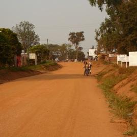 Die Hauptstraße in Rwamwanja