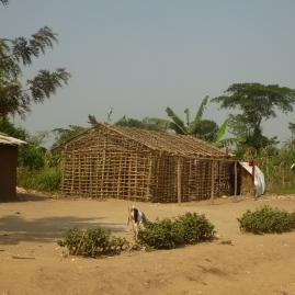 Ein Flüchtling baut auf seinem Stück Land ein neues Haus