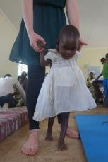 Ein kleines Mädchen übt Laufen