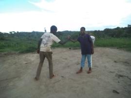 Zwei meiner Mitbewohner zeigen einen kongolesischen Handschlag