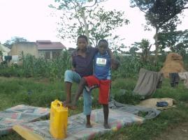 Zwei meiner Mitbewohner mit einem UNHCR Kanister