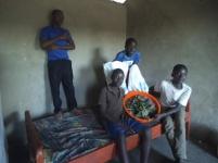 Unser Essen bekommen wir vom UNHCR. In den zwei Säcken ist Maismehl, das Grünzeug sammeln wir selber