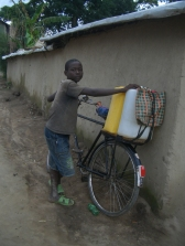Ein Nachbar transportiert Wasser mit einem Fahrrad