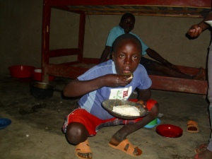Ein Mitbewohner isst Maisbrei