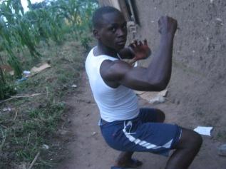 Ein Mitbewohner von mir zeigt seine Muskeln