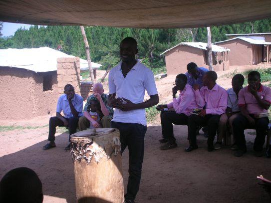 Ein Freund hält in der Kirche eine Rede