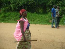Eine Frau aus Gatogo mit Baby und Süßholz