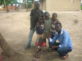 Mack posiert mit eine paar Kindern aus der Nachbarschaft