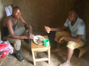 Zwei Freunde von mir essen Maisbrei mit Bohnen
