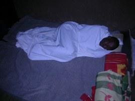 Frederic Amani bereitet sich auf die Nacht vor