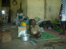 Ein Nachbar auf einer UNHCR Matte bei uns zu Hause