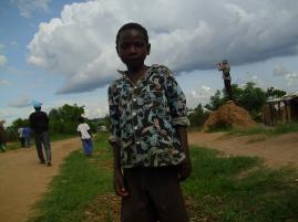 Ein Junge aus unserem Dorf. Richard fotografiert wohl ein Landschaftsbild