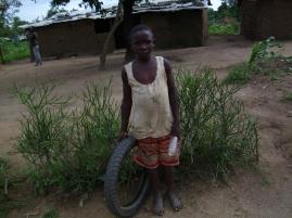 Ein Nachbar mit seinem Reifen