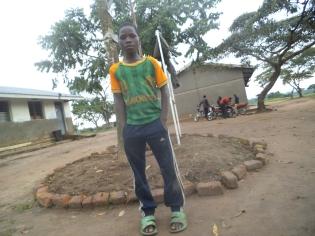 Ein Junge vor der Schule, wo wir uns für das Fotoprojekt treffen