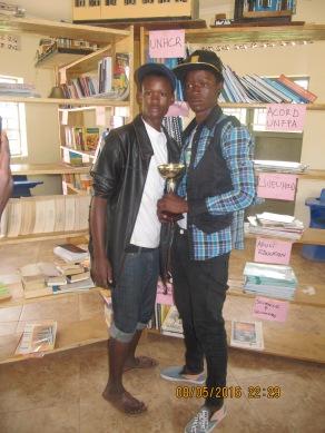 Zwei Freunde vor einem Bücherregal im Youth Centre