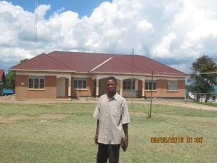 Mein Onkel vor dem Verwaltungsgebäude in Rwamwanja