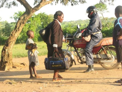 Eine Grundschullehrerin verlässt nach dem Unterricht die Schule