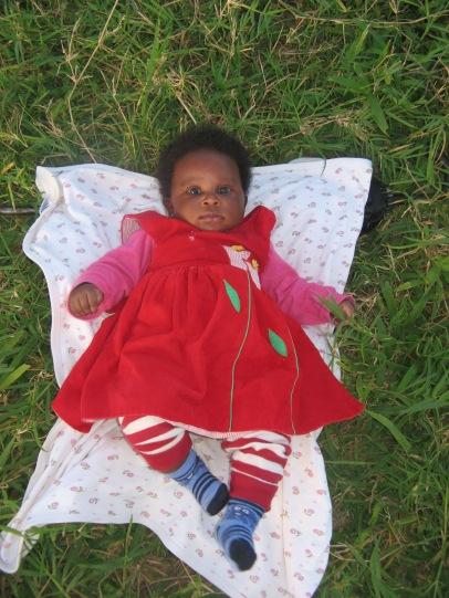 Naillah, das kleine Baby von Nuriaty, um die ich mich sehr gerne kümmere