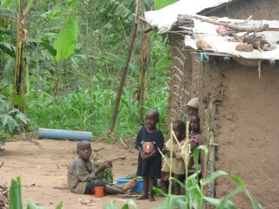 Kinder spielen vor ihrem Haus
