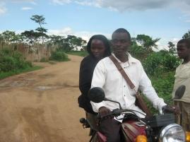 Eine Lehrerin fährt mit einem Boda nach Hause