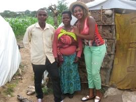 Rosine und Innocent mit einer neu angekommenen Flüchtlingsfrau
