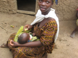 Eine Frau füttert ihr Baby