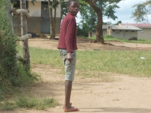 Eine Junge geht zur Schule