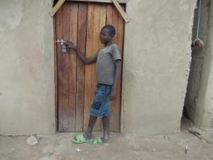 Ein Klassenkamerad vor seinem Haus