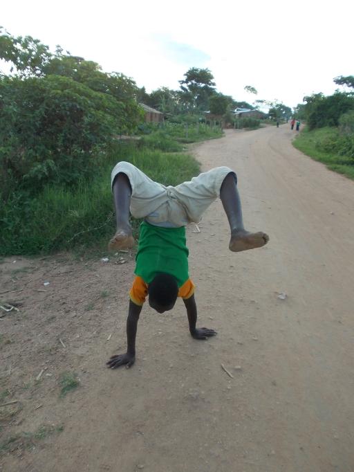 Ein Junge aus unserem Dorf zeigt uns, was er kann