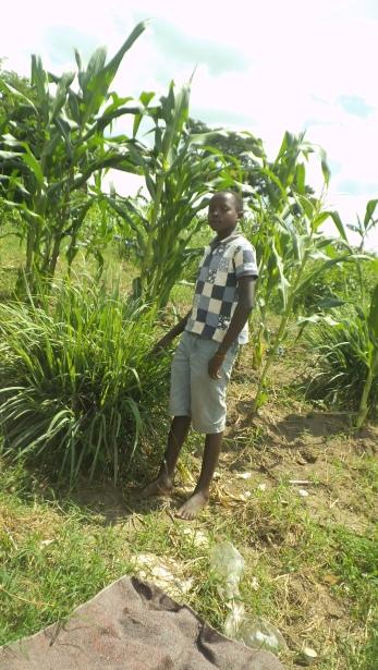 Emmanuel vor dem Feld der Polizei