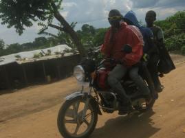 Ein Bodafahrer fährt vorbei