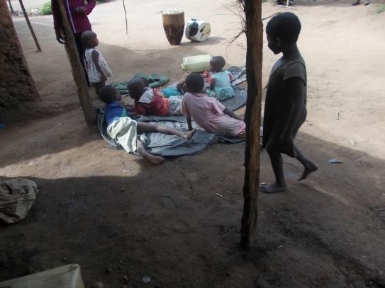 Wir Kinder spielen vor unseren Häusern