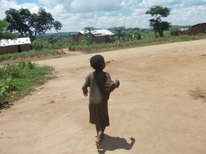 Wir laufen durch unser Dorf Gatogo