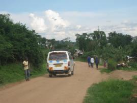 Ein Matatu fährt vorbei