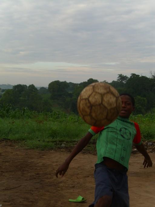 Einer der unbegleiteten minderjährigen Flüchtlinge spielt Fußball