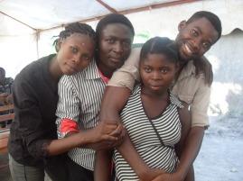 Meine große Schwester, mein großer Bruder, ein Freund und ich (links)