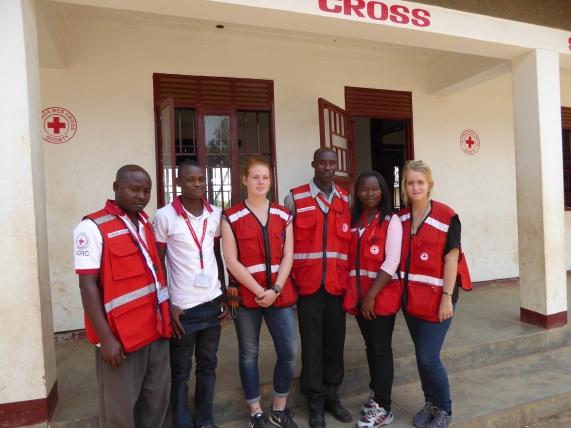 Das Team vom Roten Kreuz (von links nach rechts: Tusiime Selvano, Wilfred Alituah, Anna Kunz, Samson, Tusiime Rubinah, Meret Wegler)