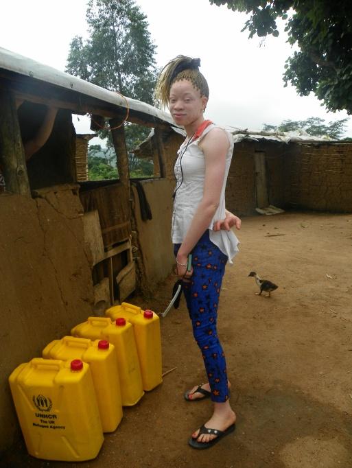 Chantal vor einigen UNHCR Kanistern