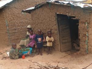 Kinder helfen beim Zubereiten vom Grünzeug