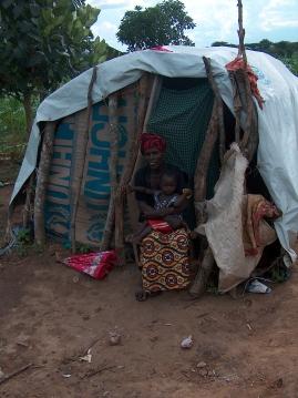 Eine Frau mit ihrem Kind vor einem Übergangshaus