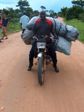 Ein Bodafahrer mit zwei großen Kohlesäcken