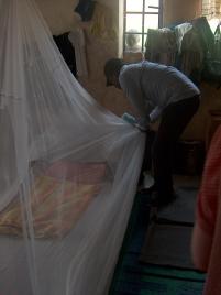 Unser Übersetzer Frederic Amani macht sein Bett für die Nacht zurecht.