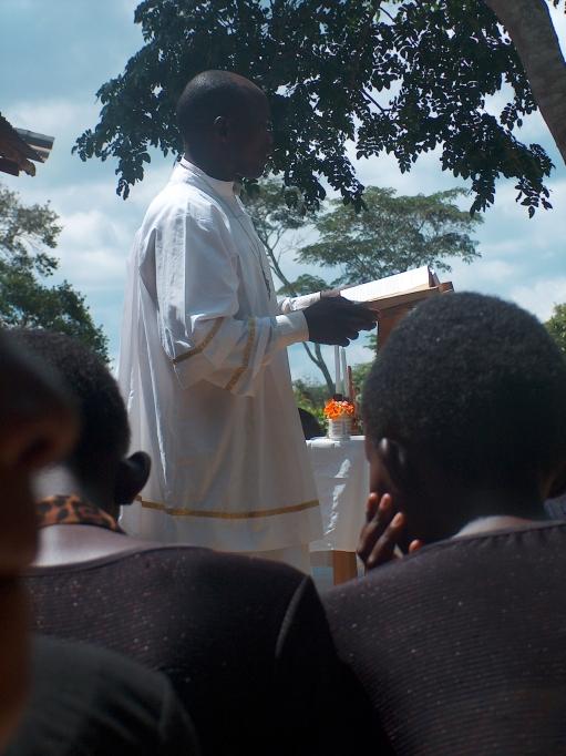 Unser Pfarrer bei der Kirche am Sonntag