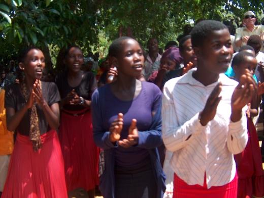 Tanzen und Singen in der Kirche am Sonntag