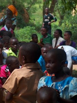 Kinder während der Kirche