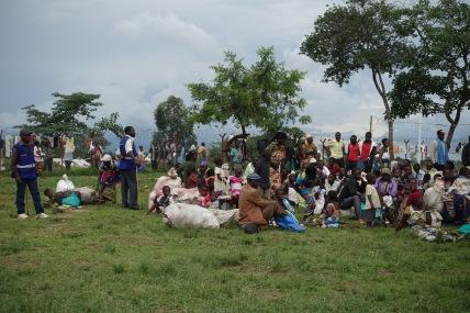 Neue Flüchtlinge kommen im Lager an