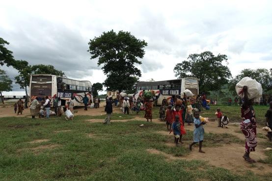 Flüchtlinge kommen aus dem Kongo mit all ihrem Hab und Gut an