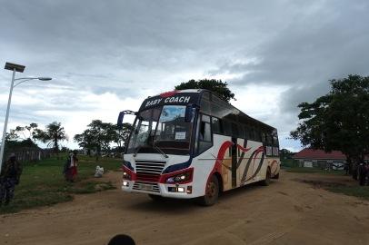 Mit diesen Bussen kommen die Flüchtlinge an. Jeden zweiten Tag erreichen ca. 600 Flüchtlinge Rwamwanja.